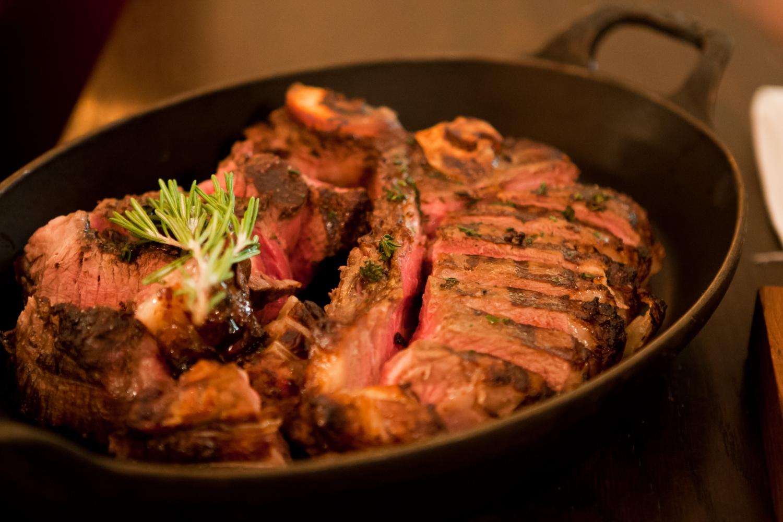 steak essen in d sseldorf hier schmeckt 39 s am besten. Black Bedroom Furniture Sets. Home Design Ideas