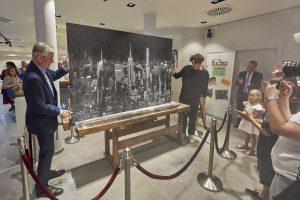 Künstler Tim Bengel und Dieter Junghans enthüllen das Kunstwerk