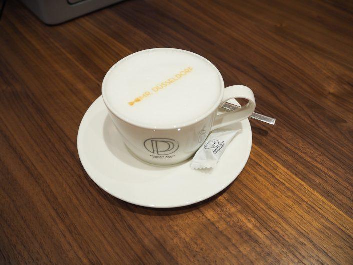 Tommy Hilfiger People´s Place Düsseldorf Cappuccino mit Aufdruck