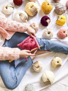 We Are Knitters   Stricken auf dem Bett