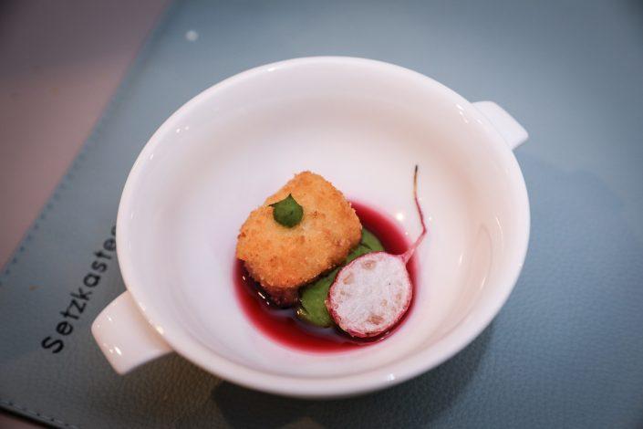 Dinner Zurheide Cordon bleu vom Maishuhn Pikante Erbse Hibiskus Radieschen