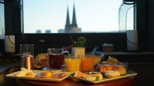 me and all hotel | Frühstücken | Mr. Düsseldorf | Bild: https://duesseldorf.meandallhotels.com/lounge.html