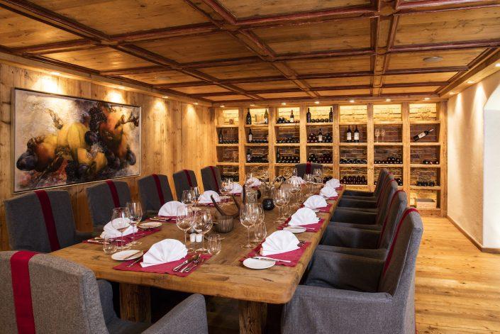 Hotel Kitzhof Vinothek mit gedecktem Tisch | Magazin | Mr. Düsseldorf