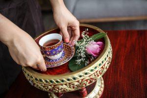Phannee | Tee auf Tablet | Lieblingsladen | Mr. Düsseldorf | Bild: Melanie Zanin