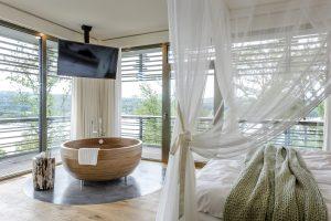 Seezeitlodge Hotel & Spa | Traumblick Suite Badewanne | Magazin | Mr. Düsseldorf | © Günter Standl