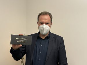 Oberbürgermeister Düsseldorfs mit Mr. Düsseldorf Karte | Dr. Stephan Keller: Von Quarantäne, Kunst & Carsharing | rheingeredet | Podcast | Mr. Düsseldorf