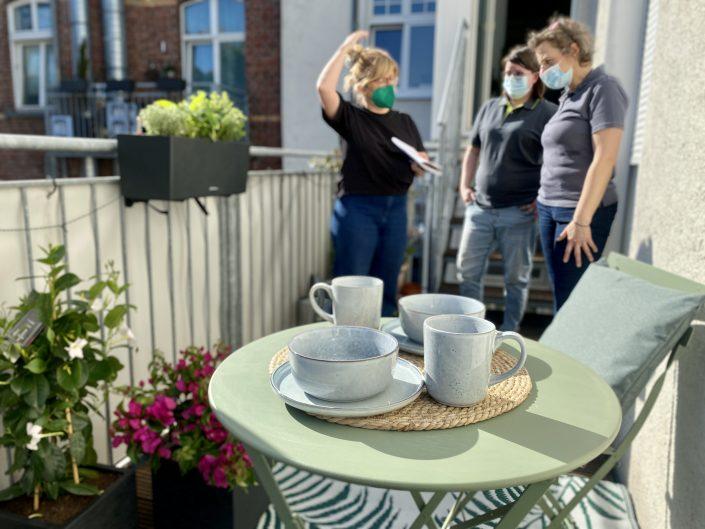 Das Bogie's Team und unsere Autorin Karolina bei uns auf dem großen, sonnigen Balkon | 8 Tipps für euren grüneren Balkon mit Bogie's | Mr. Düsseldorf 2021