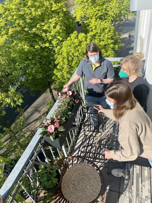 Das Bogie's Team und unsere Autorin Karolina bei uns auf dem kleinen Balkon | 8 Tipps für euren grüneren Balkon mit Bogie's | Mr. Düsseldorf 2021